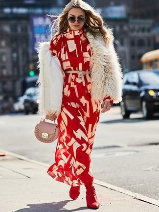 Cómo combinar: cartera sobre de cuero rosada, botines de elástico burdeos, vestido camisa estampada roja, chaqueta de piel en beige