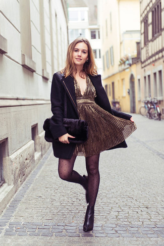 Cómo combinar: cartera sobre de pelo negra, botines de cuero negros, vestido de fiesta dorado, abrigo negro
