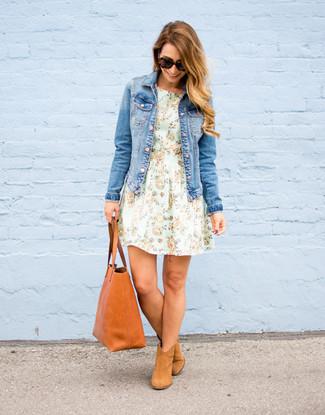 Cómo combinar: bolsa tote de cuero en tabaco, botines de ante marrón claro, vestido de vuelo con print de flores en verde menta, chaqueta vaquera azul