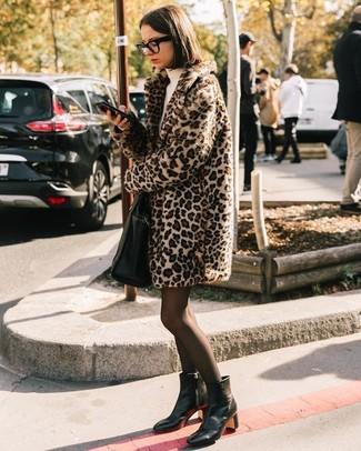 Cómo combinar: bolsa tote de cuero negra, botines de cuero negros, vestido jersey en beige, abrigo de piel de leopardo en beige