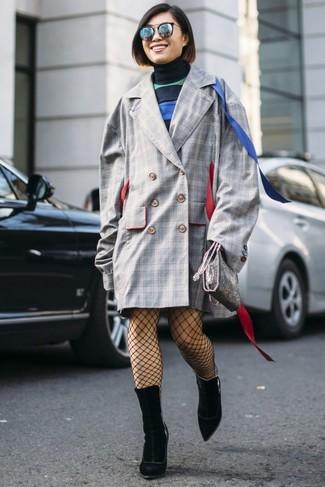 Cómo combinar: bolso bandolera de cuero plateado, botines de ante negros, vestido jersey de rayas horizontales azul marino, abrigo a cuadros gris