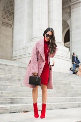 Combinar unos botines de ante rojos: Utiliza un abrigo rosado y un vestido jersey rojo para conseguir una apariencia glamurosa y elegante. Botines de ante rojos son una opción grandiosa para completar este atuendo.