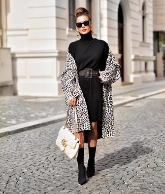 Cómo combinar: bolso de hombre de cuero acolchado blanco, botines de elástico negros, vestido jersey negro, abrigo de leopardo en blanco y negro