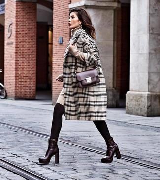Cómo combinar: bolso bandolera de cuero burdeos, botines de cuero burdeos, vestido jersey en beige, abrigo de tartán en beige