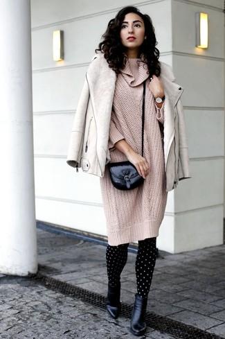 Cómo combinar: bolso bandolera de cuero negro, botines de cuero negros, vestido jersey de punto en beige, chaqueta de piel de oveja en beige
