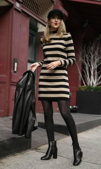 Cómo combinar: gorra inglesa negra, botines de cuero negros, vestido jersey de rayas horizontales marrón claro, chaqueta motera de cuero negra