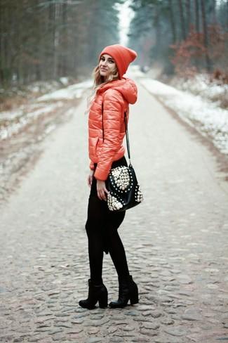 Cómo combinar: bolso bandolera de cuero con adornos negro, botines de cuero negros, vestido jersey de punto negro, plumífero rojo