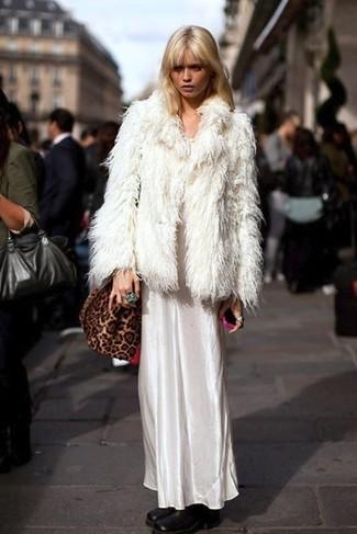 Cómo combinar: bolso bandolera de ante de leopardo marrón, botines de cuero negros, vestido largo de satén blanco, chaqueta de piel blanca