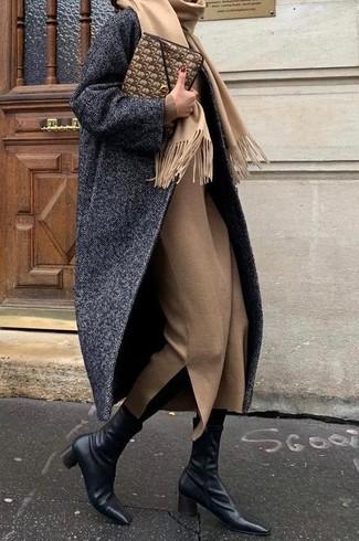 Combinar una bufanda marrón claro en clima fresco: Utiliza un abrigo de espiguilla en gris oscuro y una bufanda marrón claro transmitirán una vibra libre y relajada. Botines de cuero negros son una opción muy buena para complementar tu atuendo.