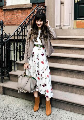 Cómo combinar: bolsa tote de cuero gris, botines de ante en tabaco, vestido midi con print de flores blanco, chaqueta motera de ante gris