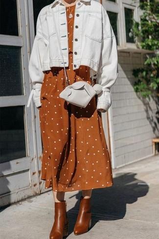 Cómo combinar: bolso bandolera de cuero blanco, botines de cuero marrónes, vestido midi de lino a lunares en tabaco, chaqueta vaquera blanca