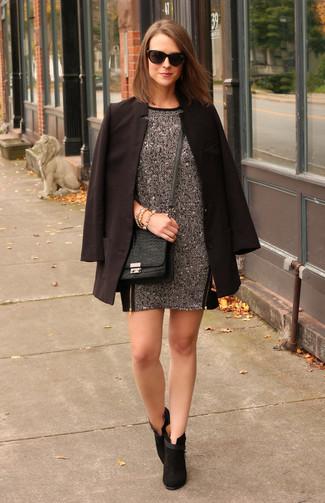 Combinar un vestido recto plateado: Considera ponerse un vestido recto plateado y un blazer negro para un conjunto de oficina con estilo. Botines de ante negros son una sencilla forma de complementar tu atuendo.