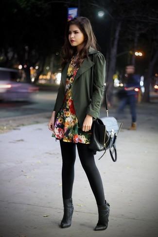 Cómo combinar: bolso de hombre de cuero negro, botines de cuero negros, vestido skater con print de flores negro, chaqueta militar verde oliva