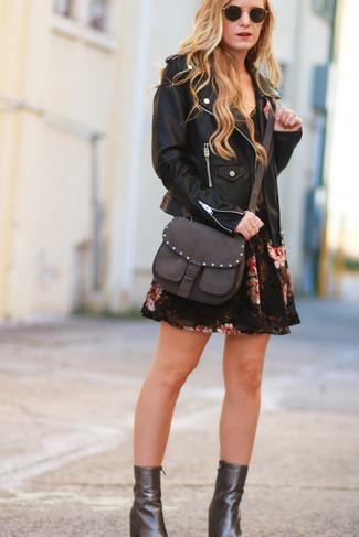 Cómo combinar: bolso bandolera de cuero en marrón oscuro, botines de cuero en marrón oscuro, vestido skater con print de flores negro, chaqueta motera de cuero negra