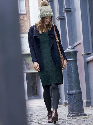 Cómo combinar: bolso bandolera de cuero marrón claro, botines de cuero en marrón oscuro, vestido tubo con print de flores verde oscuro, cárdigan abierto de punto azul marino