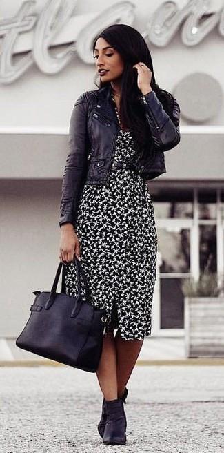 Cómo combinar: bolsa tote de cuero negra, botines de cuero negros, vestido tubo estampado en negro y blanco, chaqueta motera de cuero negra