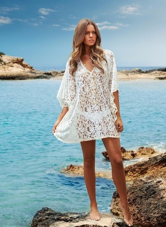 Cómo combinar: braguitas de bikini blancas, túnica playera de crochet blanco