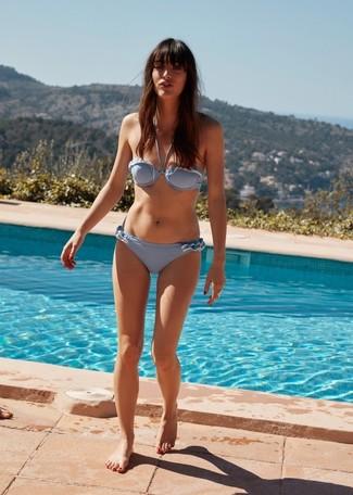 Cómo combinar: braguitas de bikini celestes, top de bikini celeste