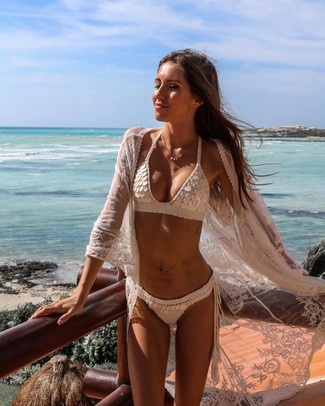 Cómo combinar: braguitas de bikini de crochet blancas, top de bikini de crochet blanco, quimono de encaje blanco