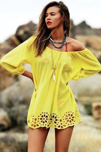 Cómo combinar: braguitas de bikini de leopardo rojas, top de bikini de leopardo rojo, túnica playera amarillo