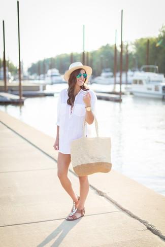 Combinar un sombrero de paja en beige: Intenta ponerse una vestido camisa blanca y un sombrero de paja en beige para un look agradable de fin de semana. Sandalias planas de cuero con adornos marrónes son una opción incomparable para completar este atuendo.