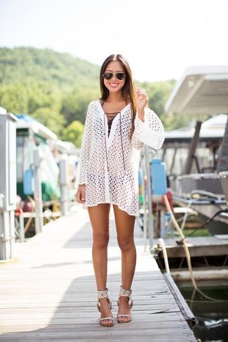 Cómo combinar: sandalias de tacón de cuero blancas, braguitas de bikini negras, top de bikini negro, vestido playero de crochet blanco