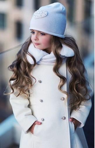Cómo combinar: bufanda blanca, gorro blanco, abrigo blanco