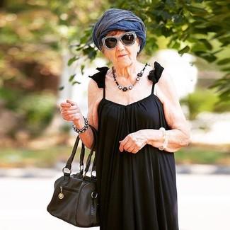 Cómo combinar: gafas de sol en negro y blanco, bufanda ligera azul marino, bolsa tote de cuero negra, vestido largo plisado negro