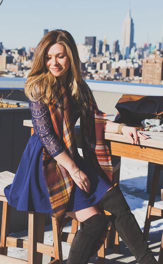 Cómo combinar: pulsera dorada, bufanda de tartán burdeos, botas sobre la rodilla de ante en marrón oscuro, vestido skater de encaje azul