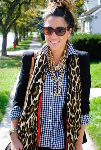 Cómo combinar: gafas de sol de leopardo marrónes, bufanda de leopardo marrón claro, camisa de vestir de cuadro vichy en blanco y azul marino, blazer negro