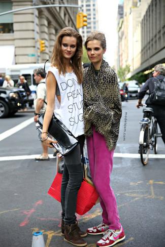 Cómo combinar: bufanda de leopardo marrón, deportivas en blanco y rosa, pantalón de chándal rosa