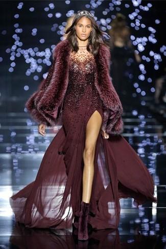 Cómo combinar: bufanda de pelo burdeos, botines de terciopelo morado oscuro, vestido de noche de lentejuelas burdeos
