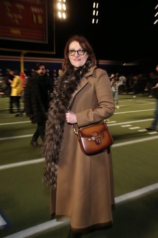 Cómo combinar: bufanda de pelo marrón, bolso bandolera de cuero marrón, abrigo marrón