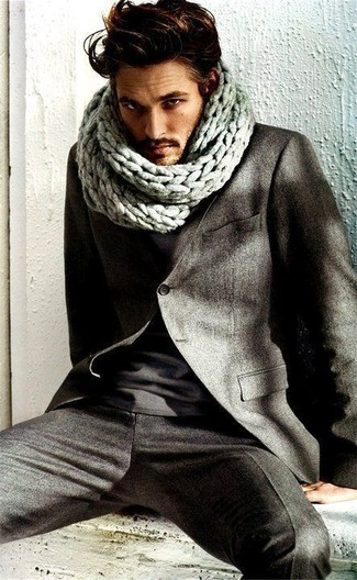 lo último 597d8 76322 Look de moda: Bufanda de punto gris, Camiseta con cuello ...