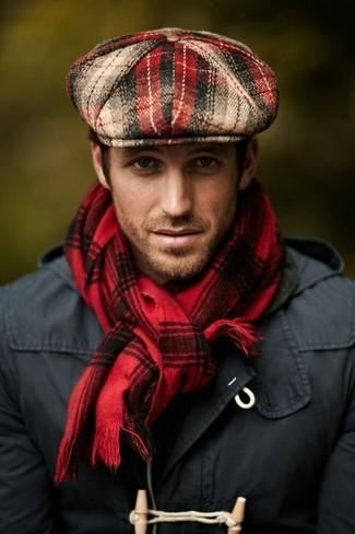 Cómo combinar: bufanda de tartán roja, gorra inglesa de tartán roja, trenca en gris oscuro