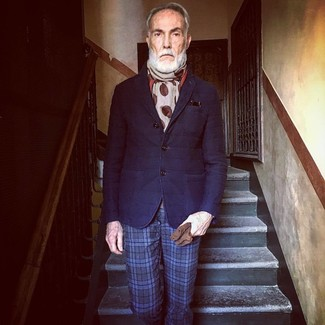 Cómo combinar: guantes de ante marrónes, bufanda a lunares en beige, pantalón de vestir de tartán azul marino, blazer de lana acolchado azul marino