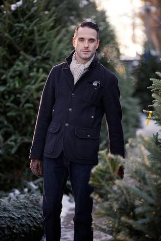 Cómo combinar: guantes de cuero marrónes, bufanda de punto en beige, vaqueros azul marino, chaqueta campo de lana azul marino