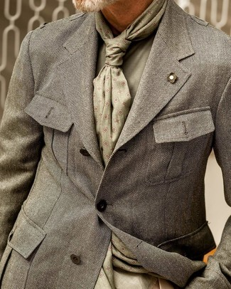 Cómo combinar: bufanda estampada verde oliva, jersey con cuello circular verde oliva, blazer de espiguilla gris
