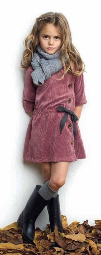 Cómo combinar: bufanda gris, botas de lluvia negras, vestido de pana rojo