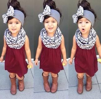 Cómo combinar: bufanda gris, botas marrónes, vestido burdeos