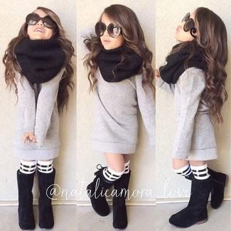 Cómo combinar: calcetines de rayas horizontales en blanco y negro, bufanda negra, botas negras, jersey gris