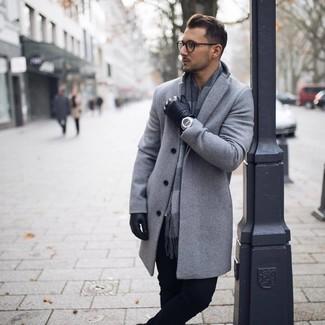 Cómo combinar: guantes de cuero negros, bufanda a cuadros gris, pantalón chino negro, abrigo largo gris
