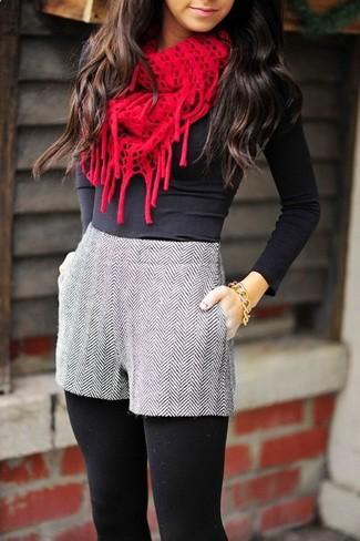 Cómo combinar: pulsera dorada, bufanda de punto roja, pantalones cortos de lana de espiguilla grises, camiseta de manga larga negra