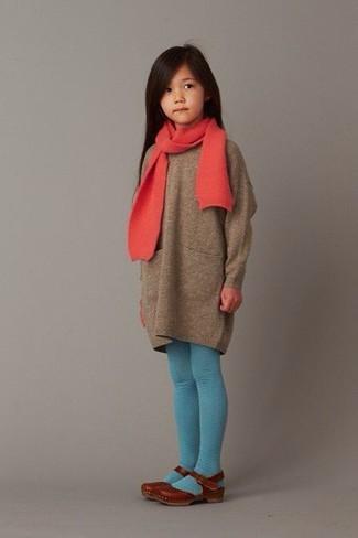 Cómo combinar: medias en turquesa, bufanda roja, bailarinas marrónes, vestido jersey marrón