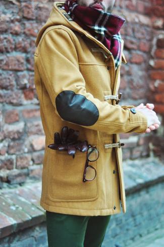 Cómo combinar: guantes de cuero en marrón oscuro, bufanda de tartán roja, pantalón chino verde, trenca marrón claro