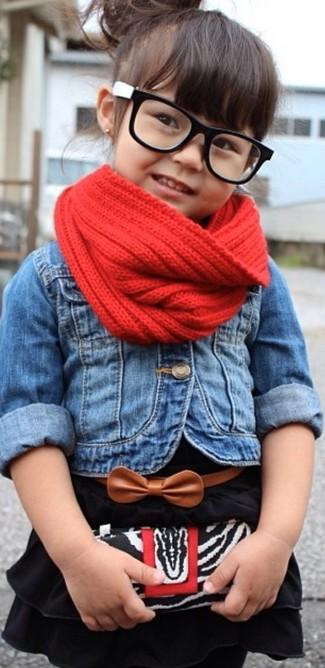Cómo combinar: bufanda roja, vestido negro, chaqueta vaquera azul