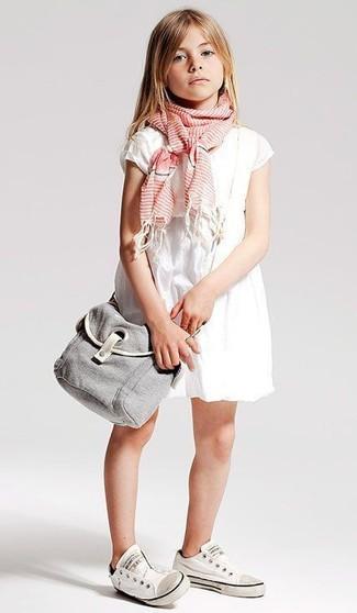 Cómo combinar: bufanda rosada, zapatillas blancas, vestido blanco