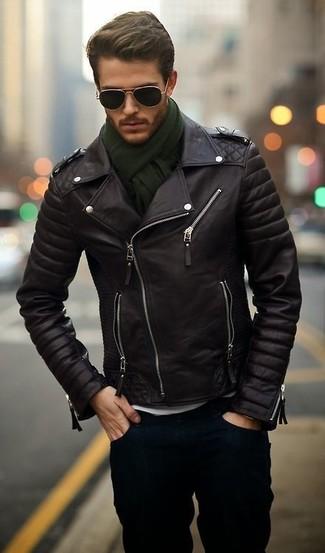 Para un atuendo que esté lleno de caracter y personalidad equípate una chaqueta motera de cuero negra con unos vaqueros azul marino.