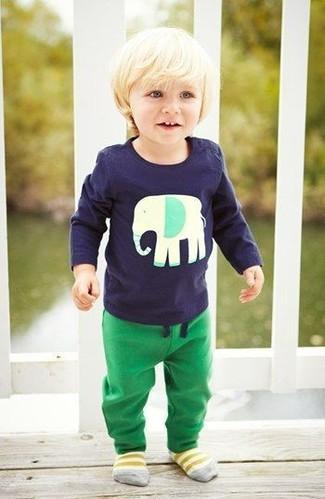Cómo combinar: calcetines amarillos, pantalón de chándal verde, camiseta de manga larga azul marino