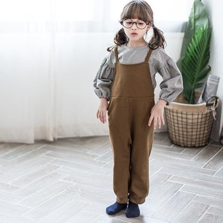 Cómo combinar: calcetines azul marino, peto marrón, camisa de vestir gris